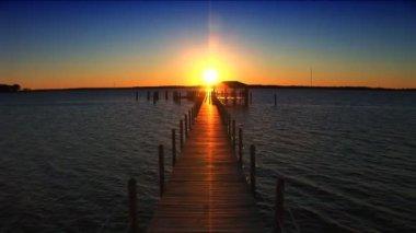 Puesta de sol en el extremo del muelle — Vídeo de stock #19519639