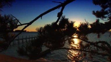 Zachód słońca na końcu molo — Wideo stockowe #19533027