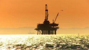 Oil platform at sea at sunset — Wideo stockowe
