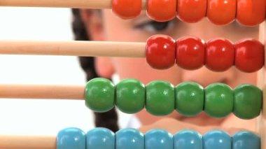 早期学習そろばんを数えてかわいいのアフリカ系アメリカ人の女子高生 — ストックビデオ