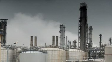Oil refinery pumping smoke into the atmosphere — Stock Video