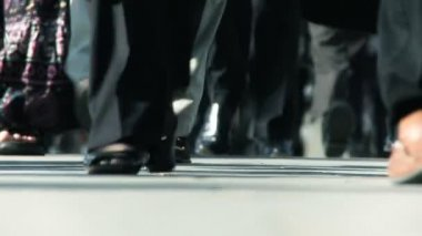 Close-up legs & feet of busy city commuters in slow motion — Stock Video