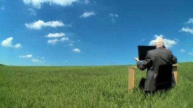 Empresário no escritório conceitual sem paredes, mostrando o entusiasmo para o futuro — Vídeo Stock