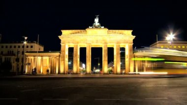 Visiting the Brandenburg Gate in Berlin when illuminated at night in time-lapse — Stock Video