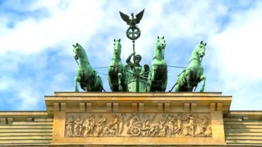 Time-lapse clouds over famous horse & chariot sculptures atop the Brandenburg Gate — Stock Video