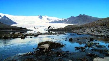 Melting water from Vatnajokull Glacier flowing into a glacial lake — Stock Video