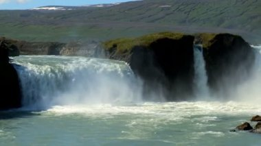 Visitors observing the powerful Godafoss waterfall, Iceland — Vidéo