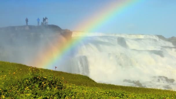 Arco iris sobre potentes aguas glaciales de la cascada de Gullfoss, Islandia — Vídeo de stock