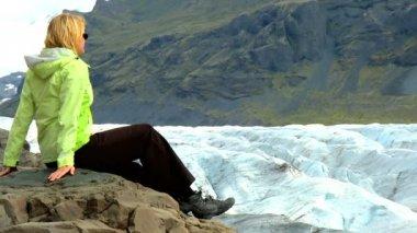Lone female eco-tourist visiting Vatnajokull glacier, Iceland — Stock Video