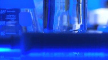 Equipamento de laboratório sendo usado para a investigação médica científica — Vídeo Stock