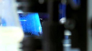 Cientista trabalhando com um microscópio, close-up — Vídeo Stock