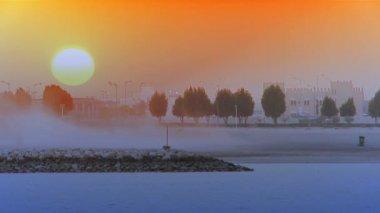 полная заходящее солнце, спускаясь на уотерсайд корниш — Стоковое видео