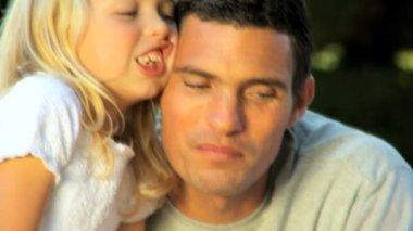 年轻的白人家庭一起享受夏天一天的超时时间 — 图库视频影像