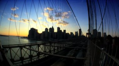 Time-lapse sunset with fish-eye view of pedestrians & traffic on Brooklyn Bridge — Stock Video