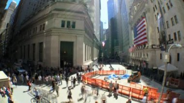 Time-lapse shot wide fish-eye of buildings & pedestrins on Wall St, USA — Stock Video