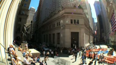 Fish-eye view of commuters,pedestrians & buildings on Wall ST, USA — Stock Video
