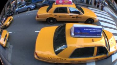 Fish-eye view of yellow taxi cabs in New York City, USA negotiating the busy streets — Stock Video