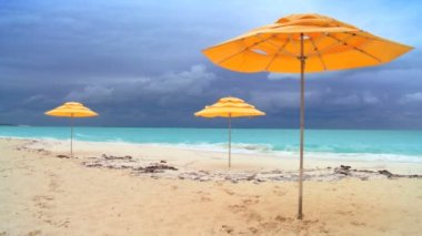 Sun parasols on white sandy beach & aqua blue sea — Stock Video