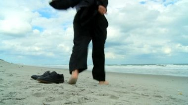 Smart young businessman taking office time out & escaping to the beach — Stock Video