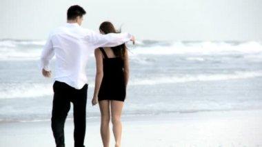 Dos jóvenes enamorados caminando por la playa después de una noche social — Vídeo de Stock