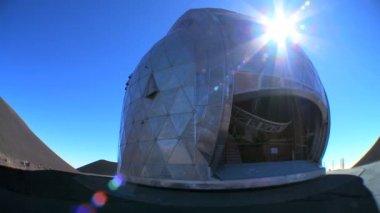 Satelliet telescoop binnen observatorium — Stockvideo