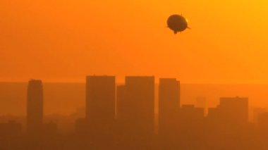 Airship & Sunset Cityscape — Stock Video