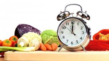čas k jídlu čerstvá zelenina — Stock video
