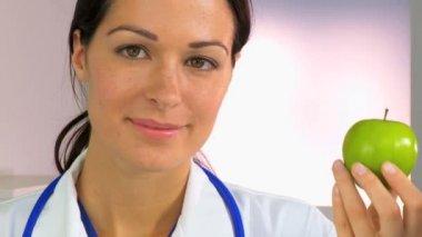 Gezonde arts voedselkeuzes — Stockvideo