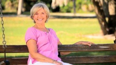 Zářící starší dáma si užíváš života — Stock video