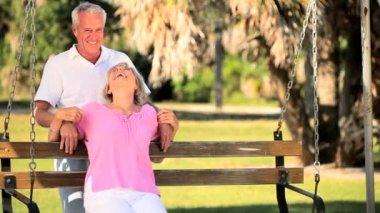Senioren nog steeds genieten van de romantiek — Stockvideo