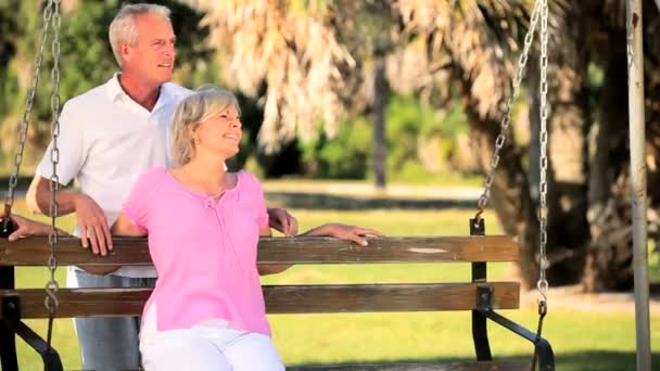 Senior couple heureux dans chacun d'autres société — Vidéo