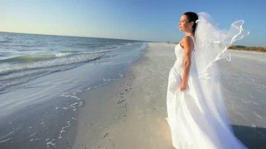 Sposa spiaggia nel suo abito da sposa — Video Stock