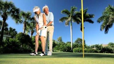 Senior koppel beoefenen van golf — Stockvideo