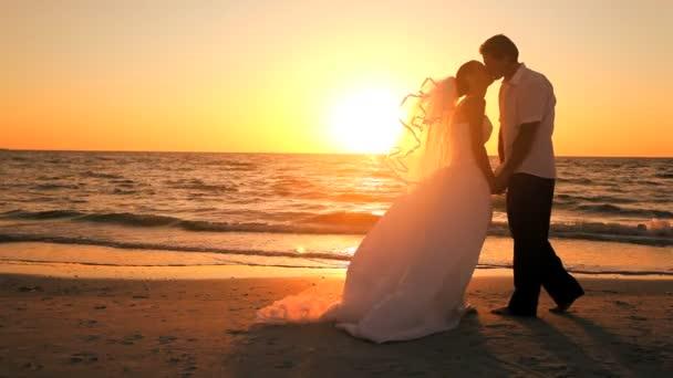 Boda de playa puesta del sol — Vídeo de stock