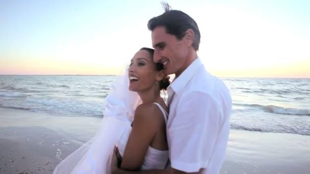 Felicidad de boda de playa — Vídeo de stock