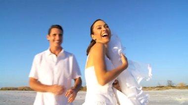 Wedding Couple on the Beach — Stock Video