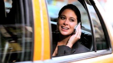 девушки в такси с мобильного телефона — Стоковое видео