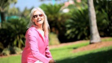 玩飞盘的健康奶奶 — 图库视频影像