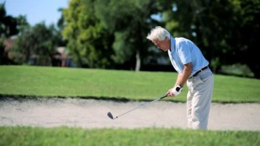 Senior gentleman op de golfbaan — Stockvideo