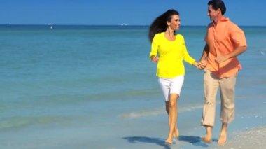 Coppia attraente avendo divertimento sulla spiaggia — Video Stock