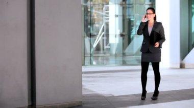 Mulher de negócios jovem no edifício atrium — Vídeo Stock