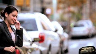 Ung affärskvinna tillkalla en cab — Stockvideo