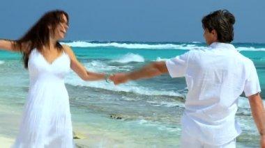 Kaukasisk par på lyxiga ön semester — Stockvideo