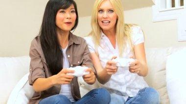 Amigas disfrutando de juegos electrónicos — Vídeo de Stock