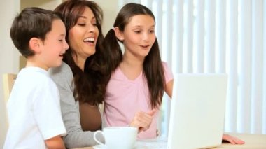 Mom & Kids With Laptop Computer — Stock Video