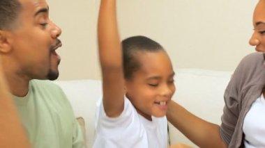 Familia étnica en primer plano con la consola de juegos — Vídeo de Stock