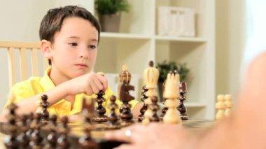 Satranç oyunu ile genç çocuk — Stok video