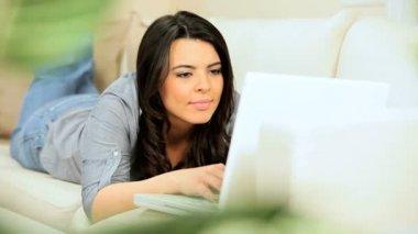 Брюнетка девушка на дому с помощью ноутбука — Стоковое видео