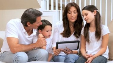 Familia caucásica usando tableta inalámbrica — Vídeo de Stock