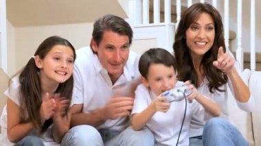 Ganando el juego de los niños — Vídeo de stock